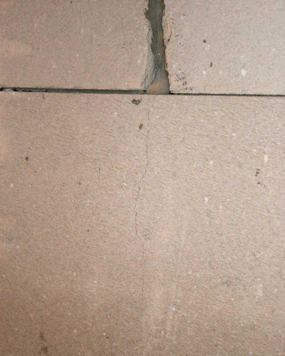 Заделка трещин в штукатурке на стенах