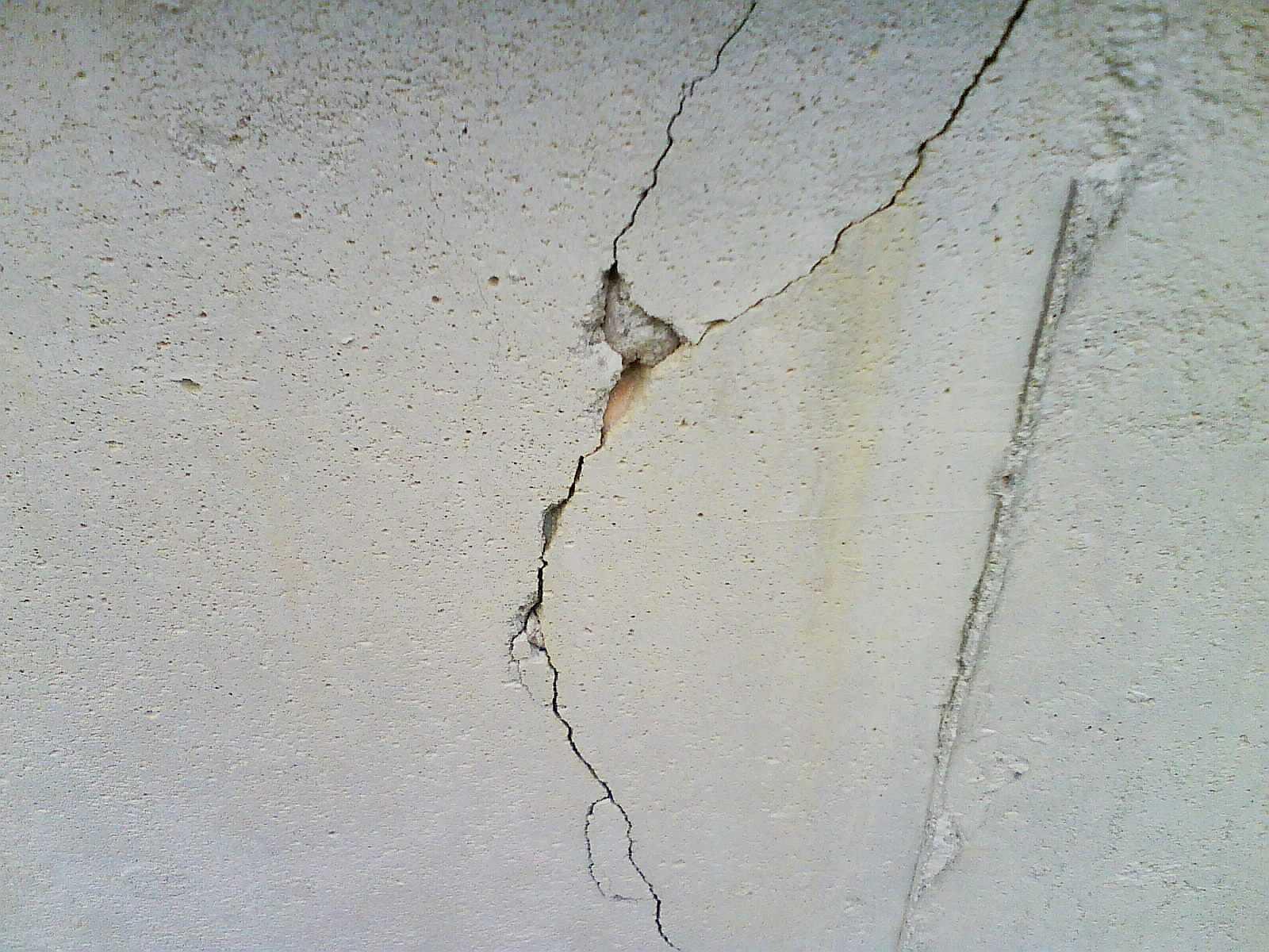 Как заделать трещины в штукатурке на стене: причины их возникновения и способы устранения