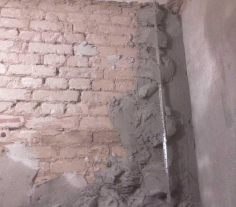 Почему трескается штукатурка. причины появления трещин, количество слоев, качество раствора, неравномерное замешивание, отсутствие армировки и наличие пыли. особенности гипсовой штукатурки