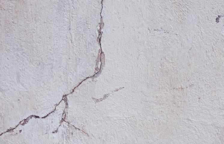 Что делать, если есть трещины в доме, как устранить активную трещину, как предотвратить появление трещин.