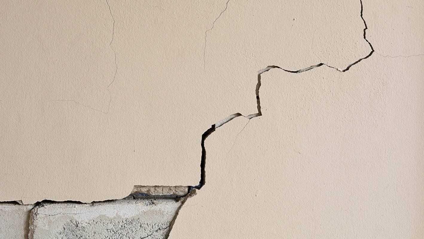 Отошла штукатурка от стены, что делать: почему отваливается или вздувается на месте трещины, какие нарушенные правила технологии оштукатуривания приводят к трещинам
