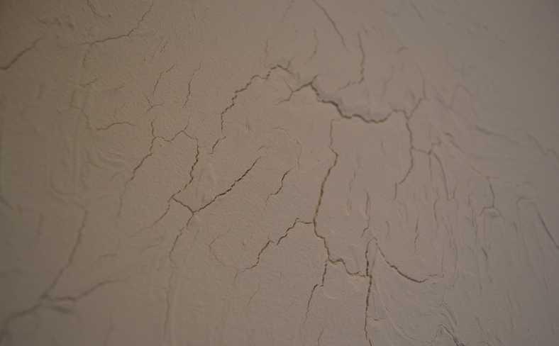 Как заделать трещины в штукатурке на стене и их причины